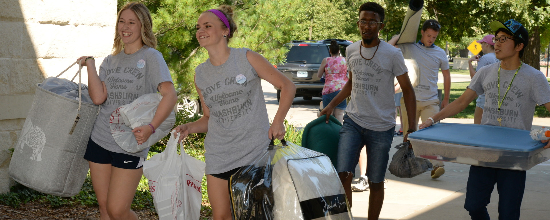 Washburn students helping new students move in to residence halls